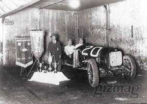 Soichiro Honda, en el centro, fundador de Honda Motor Cars, c. 1930, El Éxito